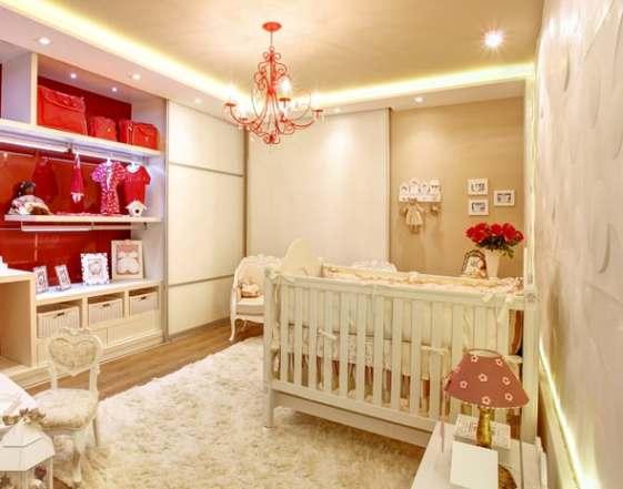 quarto de bebe bege e vermelho decorado