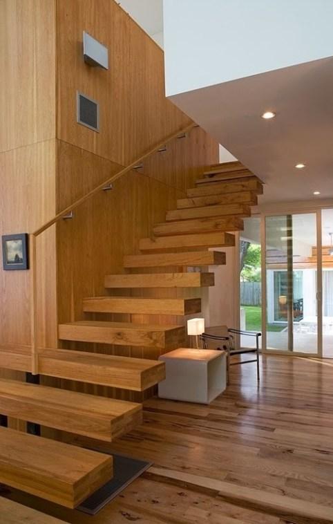 Escada de madeira com painel e sem corrimao