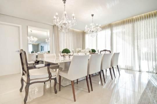 sala de jantar classica com tons claros