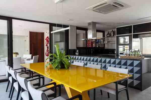 sala de jantar moderna com mesa amarela