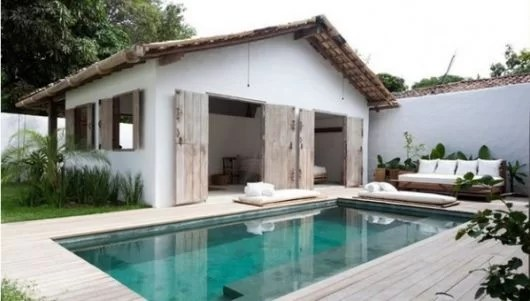 05 casa pequena de alvenaria com portas rusticas de madeira