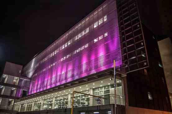 10 fachada de predio simples com iluminacao de led colorido