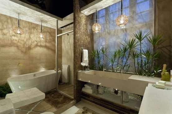 Banheiro bonito e moderno com banheira e pendente