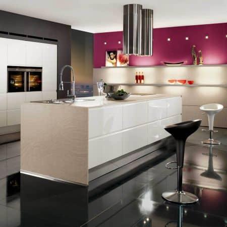 25 cozinha moderna e colorida com piso preto
