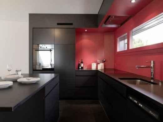 29 cozinha preta com parede vermelha