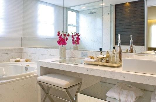 penteadeira no banheiro com marmore pigues