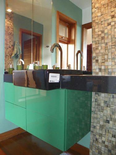armario de banheiro verde com tampo preto