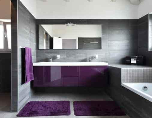 banheiro neutro cinza com movel roxo