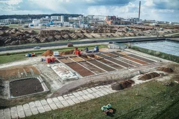 In 18 successive filter basins, the Bauer Umwelt groundwater treatment plant in Leuna cleans contaminated water with the help of microorganisms using a purely biological method. All images: © BAUER Group