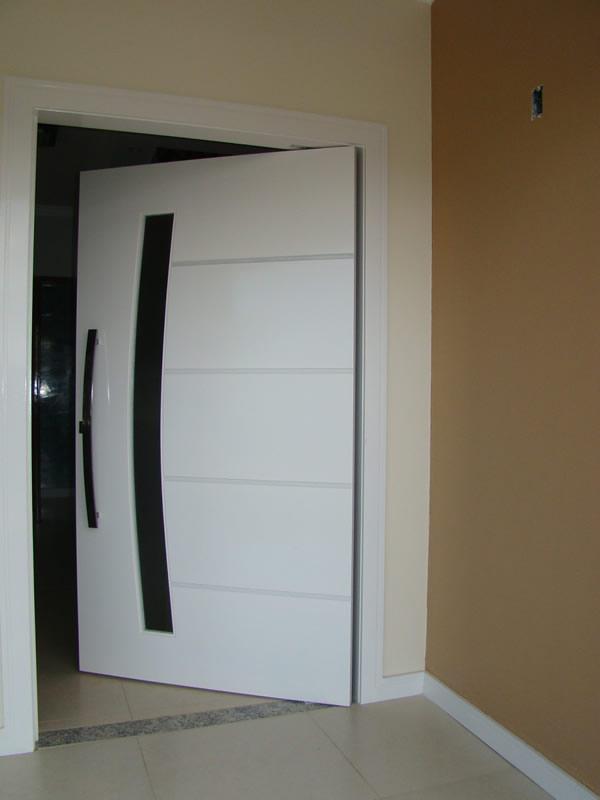 Porta Moderna para Sala  Pivotante e Madeira  Construdeia