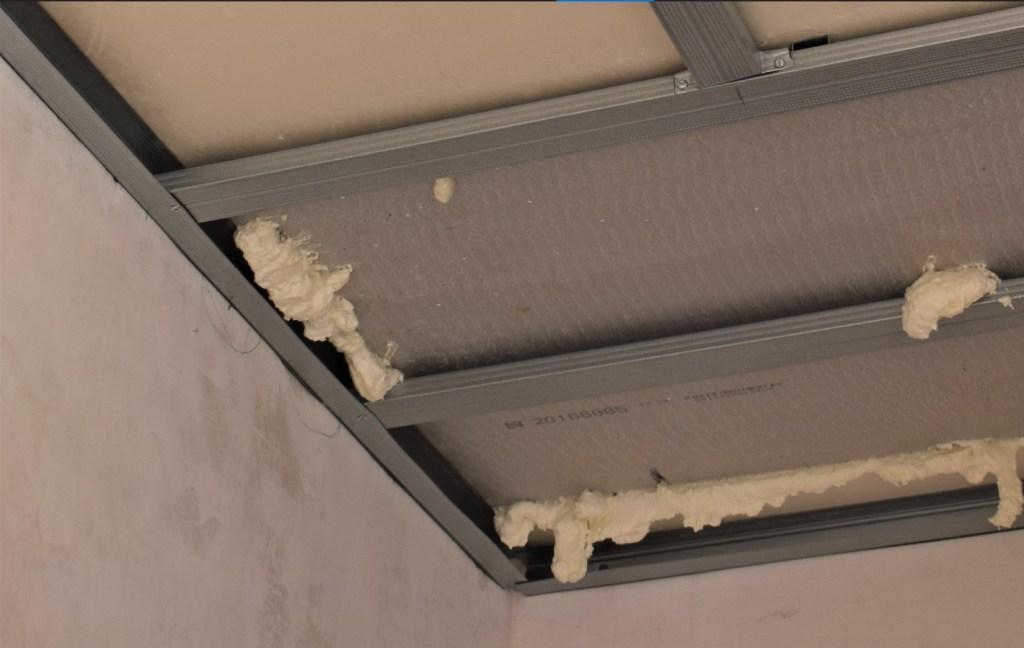 Encajes y huecos tapados con espuma de poliuretano