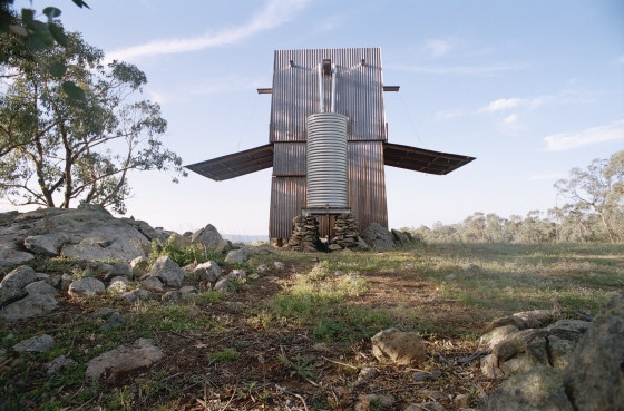 Vista posterior de pequeña casa de campo