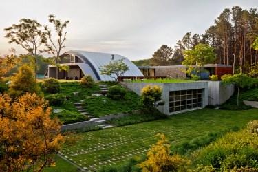 Diseño de casa grande moderna forma arco