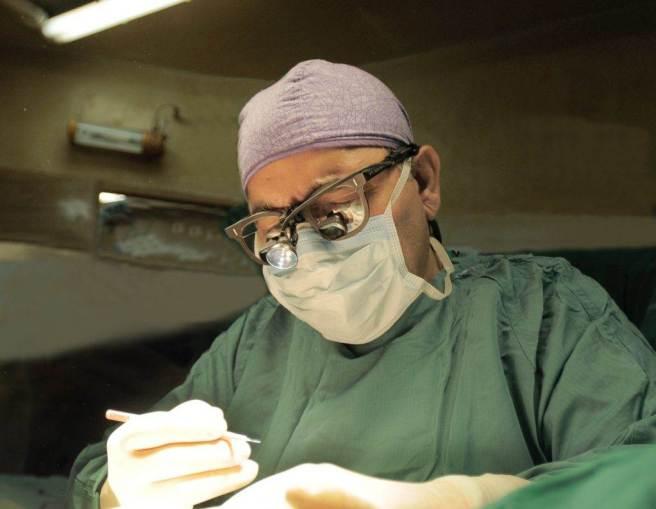La habilidad más importante de un cirujano es su criterio quirúrgico que se adquiere con el estudio, el trabajo y la reflexión a los que se añaden siempre las enseñanzas recibidas.