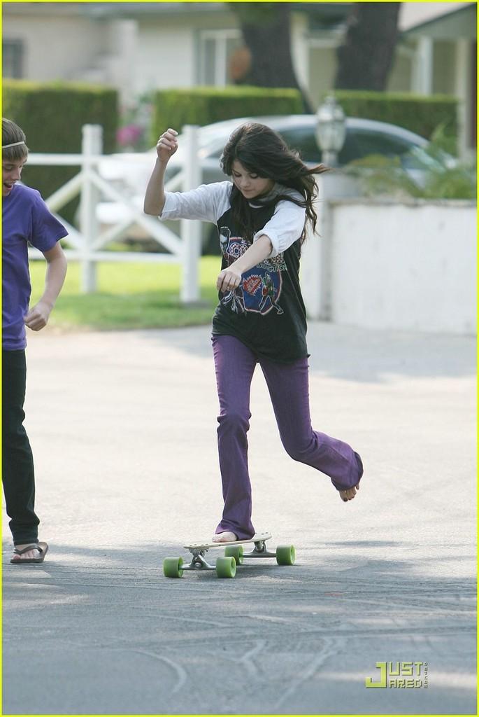 selena-gomez-sick-skateboarder-13