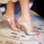 Una novia se viste por los pies