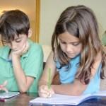 子どもの近視抑制に遠近両用コンタクトレンズを使う??