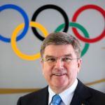 El presidente del COI porta la antorcha olímpica antes del inicio de los JJOO