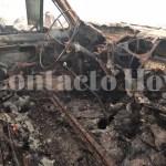 Incendio de pastizal se propaga por fuertes vientos y arrasa con varios camiones de constructora