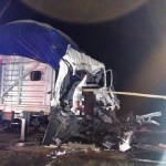 Brutal choque sobre la autopista a Torreón de camión sobre trailer estacionado sobre la cinta asfáltica