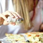 Alertan que los costarricenses consumen el doble de la sal recomendada