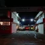Incendio de camión al interior ferretera causa alarma en la madrugada