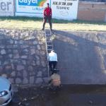 Obispo emérito conduce su auto por el canal y resultan ilesos el prelado y su vehículo