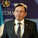 Guatemala despide a su portavoz por defender la política migratoria de EE.UU.