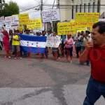 Protestan frente a Embajada de México en Tegucigalpa por cierre al camarón