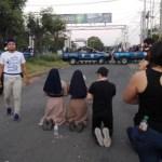 Estudiantes nicaragüenses salen de iglesia donde eran asediados por policías