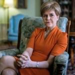 """Líder escocesa dice que el Gobierno británico está sumido en el """"caos total"""""""