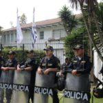 Hombre que se atrincheró e hirió policías amenazó a dos embajadas en Uruguay