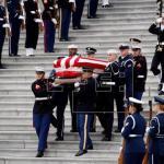 El féretro de George H. W. Bush sale del Capitolio de EE.UU. para su funeral