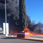 Está ardiendo la llantera Firestone de Vicente Guerrero, Dgo.; el fuego se sale de control y piden auxilio de más bomberos