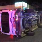No respetó el paso de ambulancia, la chocó, la volcó y dejó varios lesionados