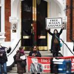 Seguidores de Assange se concentran ante la Embajada de Ecuador en Londres