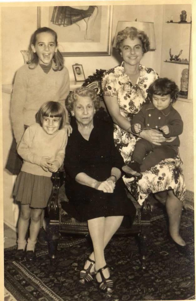 Foto familiar de Ángeles con su abuela, madre y hermanas