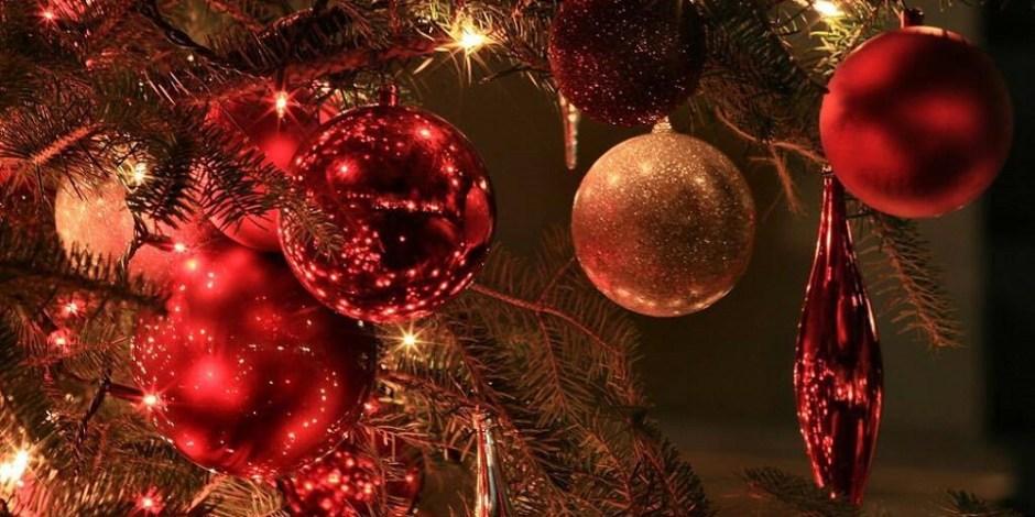 Decorações em uma árvore de Natal.