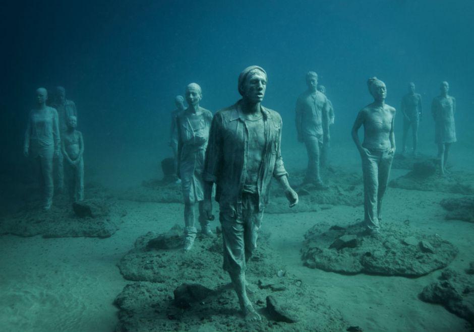 Estátuas de pessoas no fundo do mar
