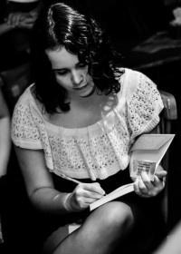 A autora, autografando um livro.