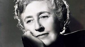 Autora Agatha Christie olhando de esguelha pensativa