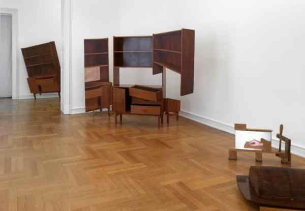 Jan Mioduszweski, Desk, 2007, Shelf, 2008, courtesy lokal 30, photo: Museum Morsbroich, Leverkusen