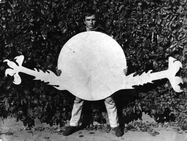 Jerzy Ryszard 'Jurry' Zieliński with Spatial Forms in front of the artist's studio, 1969 © Estate of the artist Photo: Jan 'Dobson' Dobkowski Courtesy Galeria Zderzak, Kraków