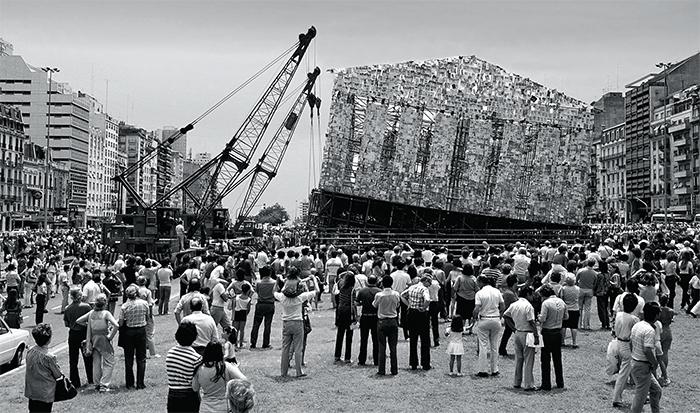 What to read, Cranes lift Marta Minujín's Partenón de libros prohibidos (Parthenon of Banned Books), 1983, Avenida 9 de Julio, Buenos Aires, December 24, 1983.