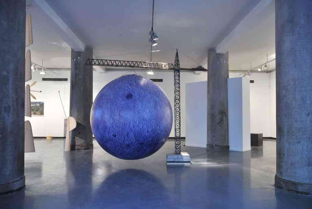 Anna Raczynska, Moon landing, kinetic installation, 295 x 300 x 200 cm, Espace Le Carre, Lille_2017