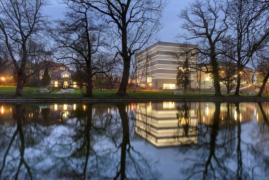 Bauhaus-Museum Weimar vom Weimarhallenpark am Abend, Klassik Stiftung Weimar / CLAUS BACH® PHOTOGRAPHY