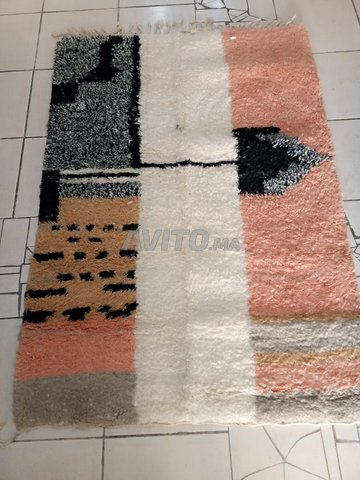 tapis berbere en laine tissu en main