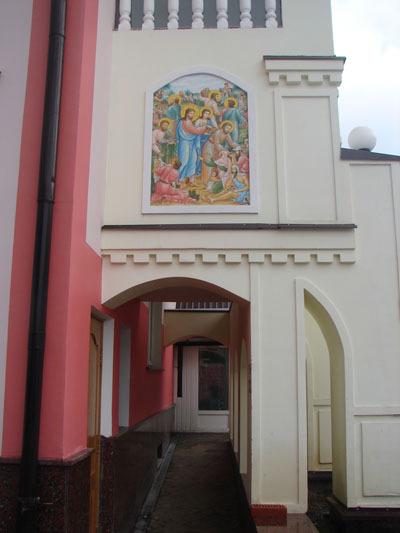Вход в отель, торцевая стена часовни отеля