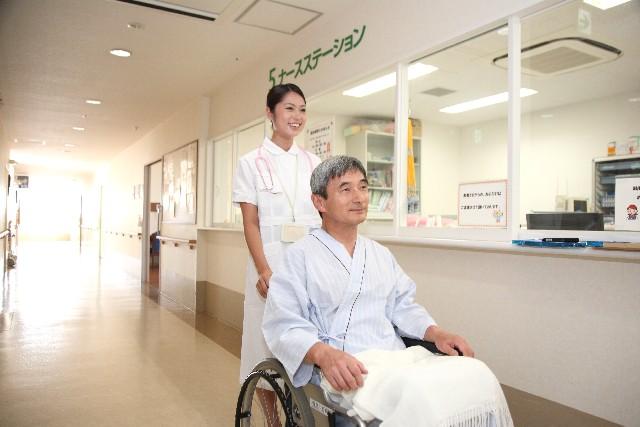 看護師の車椅子の患者