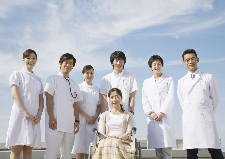車椅子の患者と医師と看護師